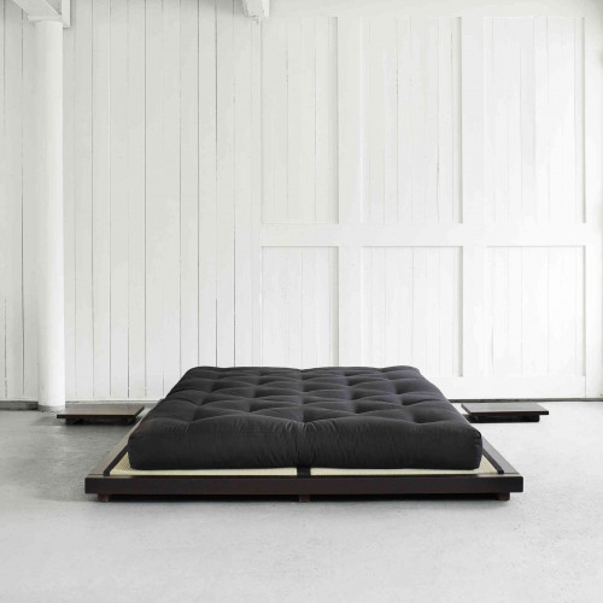 Ensemble lit futon style japonais coloris noir + lot de 2 chevet noir
